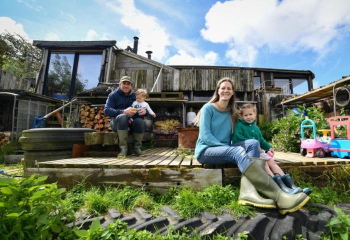 """英国夫妻搬去农场过上""""零碳生活"""":自己发电开荒,胜过世外桃源"""