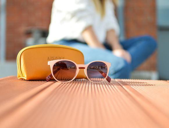 英国超半数家长认为:学生应该戴太阳镜上学