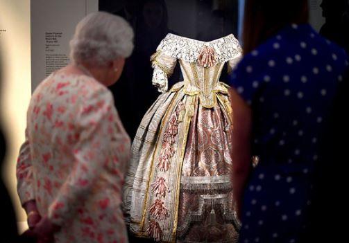 维多利亚女王诞辰200周年,93岁英女王参观高祖母纪念展
