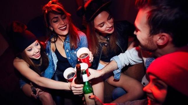 英大学性侵案4年翻10倍,校方被指不作为!英国人怪酒文化