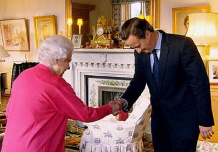 """卡梅伦和女王""""打嘴仗"""":前首相为推销新书使尽浑身解数?"""