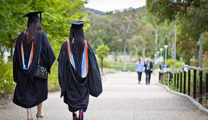 英国年轻人上大学率首超半数!学者:就业是个问题