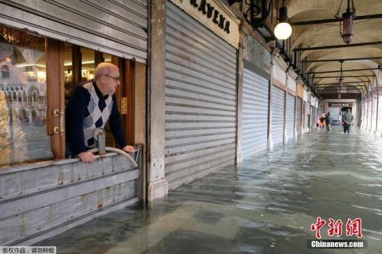 """威尼斯频遭水灾侵袭 防洪工程""""烂尾""""惹不满"""