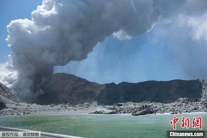 新西兰火山喷发已致5人死亡 目前仍有20多人失踪