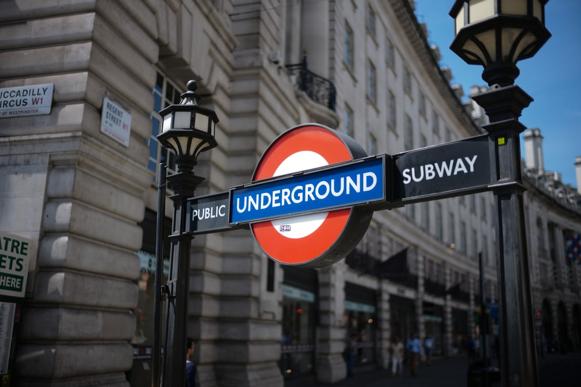 疫情下,坐地铁和巴士危险吗?英传染病专家为防感染支招