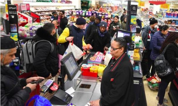 """疫情之下,英国3月份超市销售""""忙过圣诞节"""""""