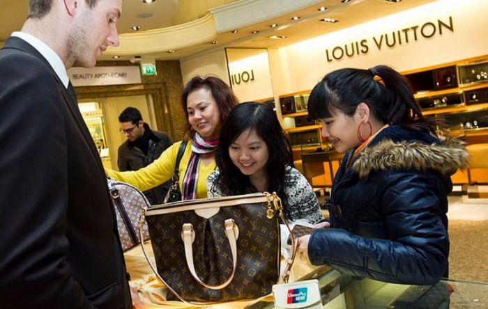 """英商家联名上书,""""机场退税取消""""或逆转?忧中国游客消费骤减,雪上加霜"""