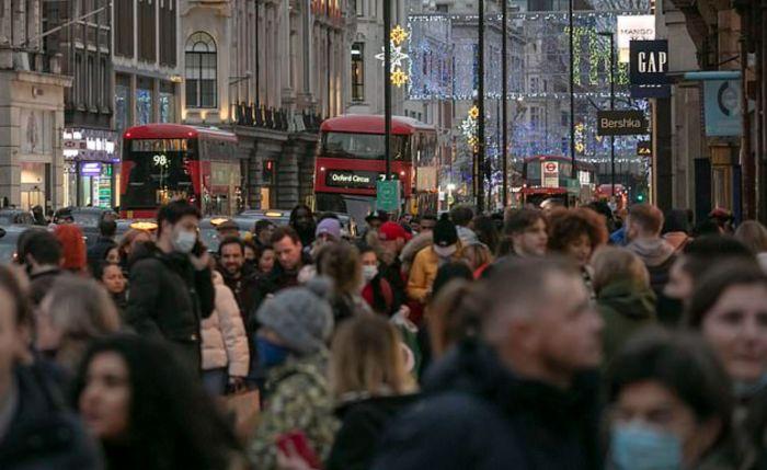 """伦敦周三进入""""三级封锁""""!英国人疫情期存下""""巨款"""",扎堆消费两天花45亿镑"""