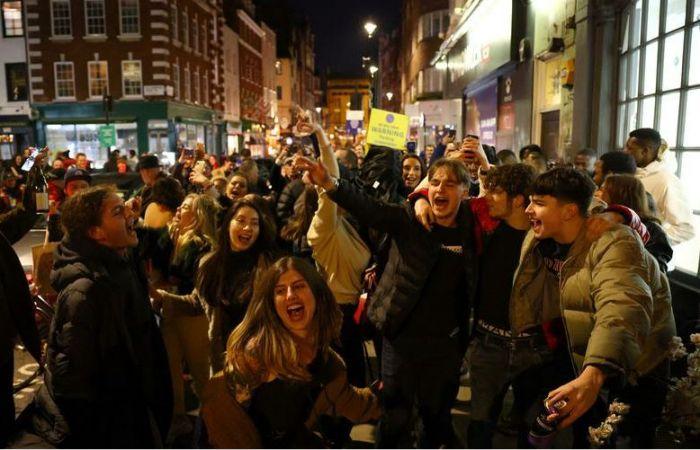 """英国坚持圣诞解封,已有近14万人接种疫苗!伦敦人在""""三级封锁""""前抓紧狂欢?"""