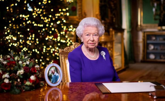 英女王发表圣诞演讲:你不孤单!几大特殊举动有深意?来听年度最美英音
