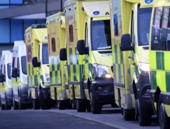 疫情下的世界|伦敦紧急培训消防员和警察开救护车!美国迪士尼变身疫苗接种中心
