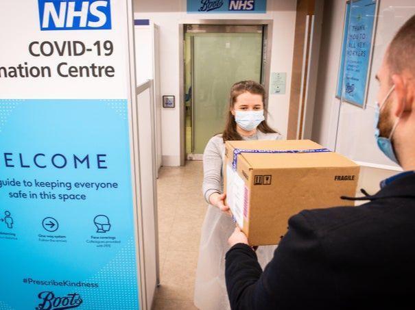 疫情下的世界|英高街药店开打新冠疫苗,部分区域疫情放缓!巴西新变种传染性更强?