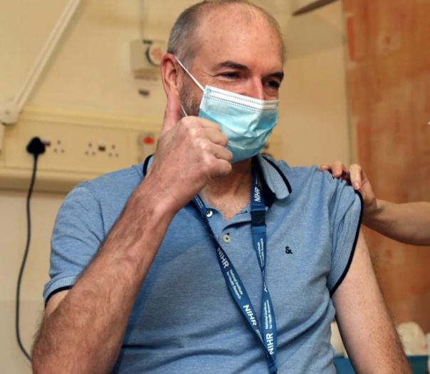 疫情下的世界|欧洲18国叫停牛津疫苗,有隐情?接种过中国疫苗的外籍人士,将获赴华签证便利