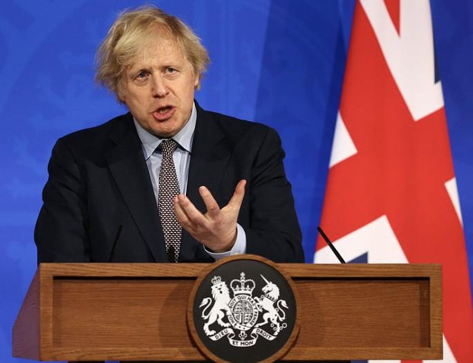 """英国进一步放宽防疫限制 首相呼吁""""勿大意"""""""