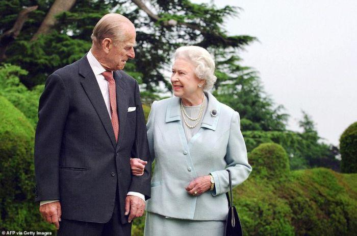 """陪伴英女王73年的菲利普亲王走了!他为何是女王的""""力量和归宿""""?"""