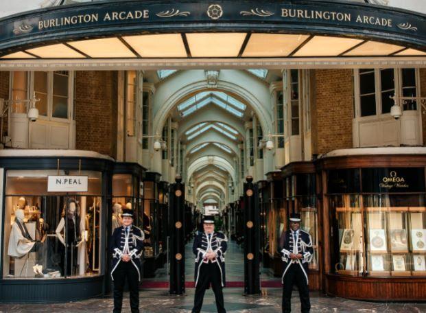 英格兰商店重开 伦敦商家喜迎顾客回归