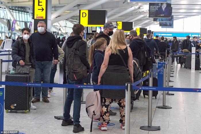 今天,英民众凌晨排队进酒吧,扎堆出国度假!专家吁谨慎
