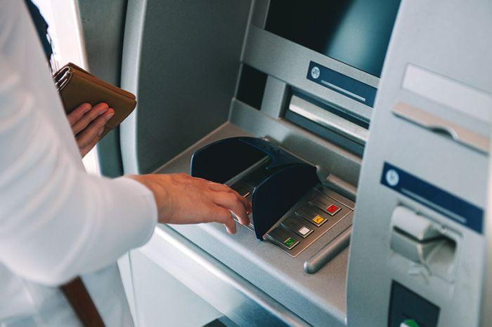 英银行冻结中国留学生账户新进展!存2000镑为何被疑洗钱?
