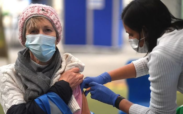 今秋,逾50岁英国人打疫苗加强针!大学生返校无需强制接种?三天在家上班或成主流