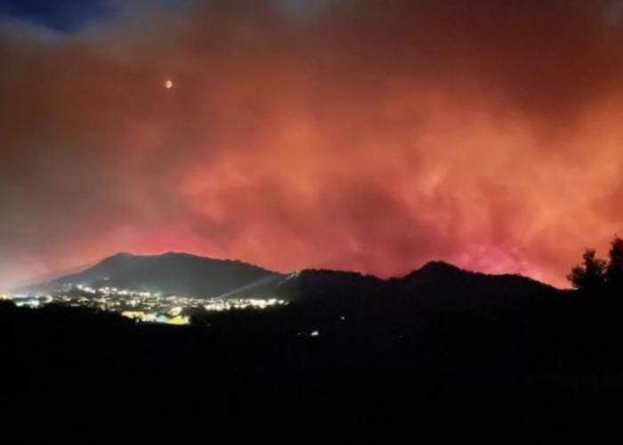 法国南部度假胜地爆发野火 数千人紧急疏散