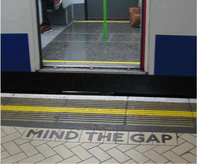"""英男子掉入地铁站缝隙身亡,引发伦敦地铁现代化之争!""""Mind the gap""""取消,破坏地铁文化?"""